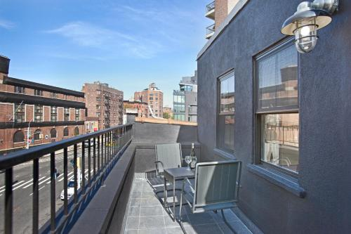 Modern 2b/1.5 Condo with Outdoor Space Photo