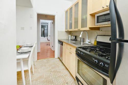 New Modern 3 Bedroom Apartment Near Subway and Central Park Photo