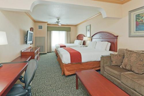 Holiday Inn Express & Suites Bakersfield Central Photo