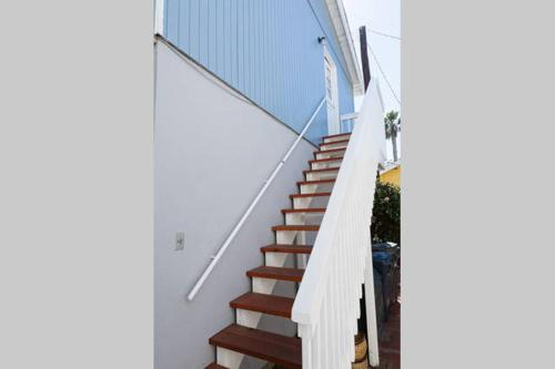 Sunset Beach Bungalow Suite: Steps to Beach Photo