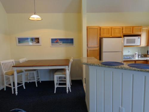 Runaway Beach Club Apartments Photo