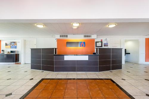 Motel 6 Dallas Market Center Photo