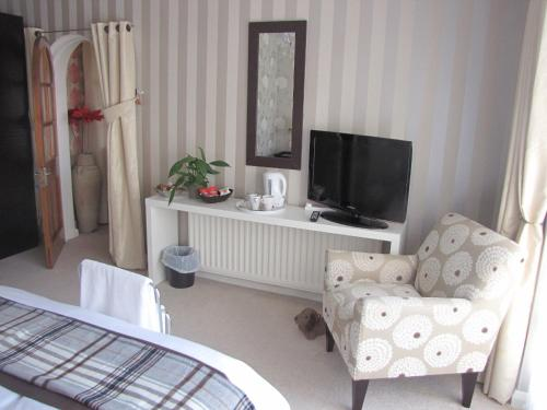 Photo of Hale Village Guesthouse Hotel Bed and Breakfast Accommodation in Hale Merseyside