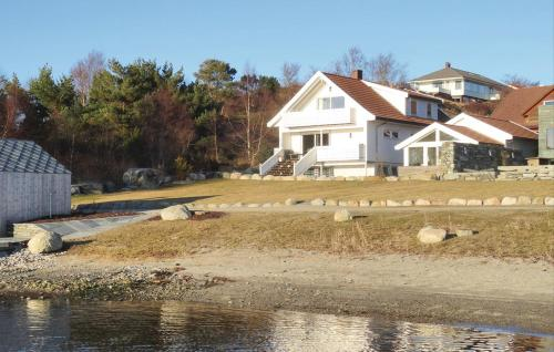 Гостевой дом «Holiday Home Hafrsfjord with Hot Tub XIV», Madla