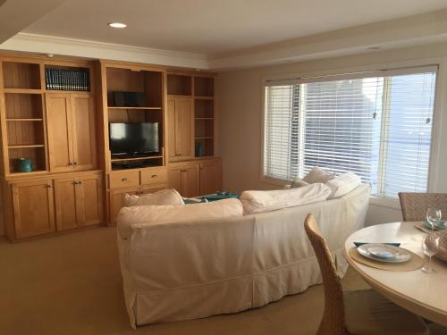 Two Bedroom Beach Townhome - San Diego, CA 92109