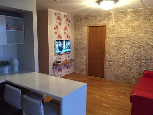 Holiday Apartment, Юри