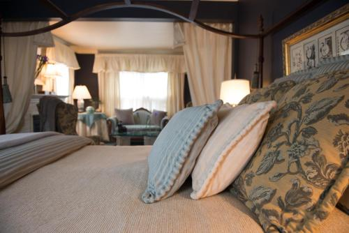 Wickwood Inn Saugatuck Boutique Hotel Photo