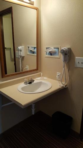 Knights Inn and Suites - Grand Forks Photo