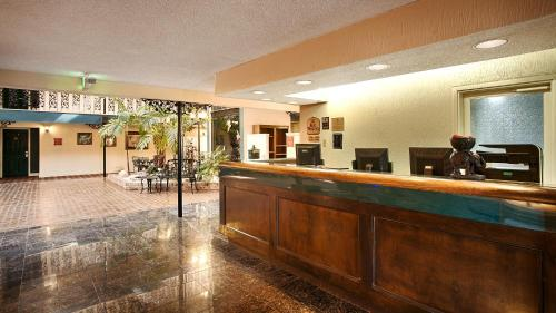 Best Western Chateau Louisiana Suite Hotel Photo