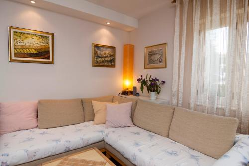 http://www.booking.com/hotel/hr/apartment-nina-296.html?aid=1728672