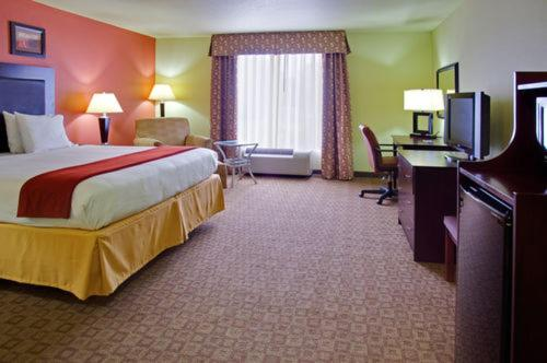 Holiday Inn Express & Suites Alexandria Photo