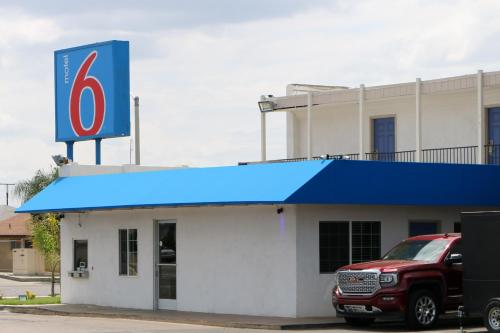 Motel 6 Delano CA Photo