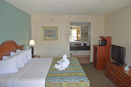Baymont Inn & Suites Sarasota Photo