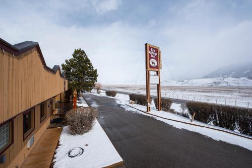 Elk Refuge Inn Photo
