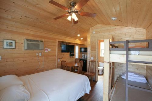 Lake Conroe Queen Studio Cabin 6 - Willis, TX 77318