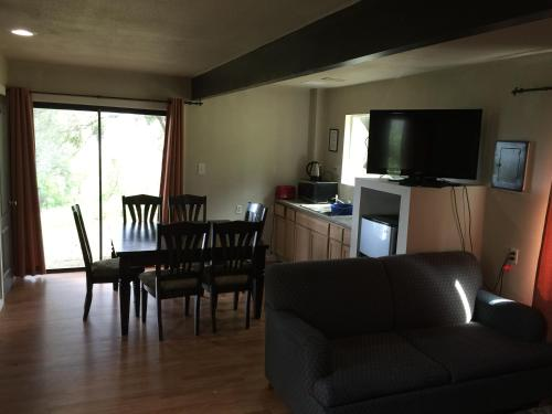 Mountain Trail Lodge and Vacation Rentals Photo