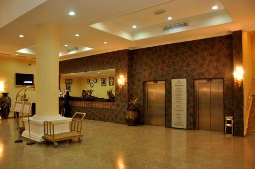 http://www.booking.com/hotel/ng/royal-tropicana.html?aid=1728672