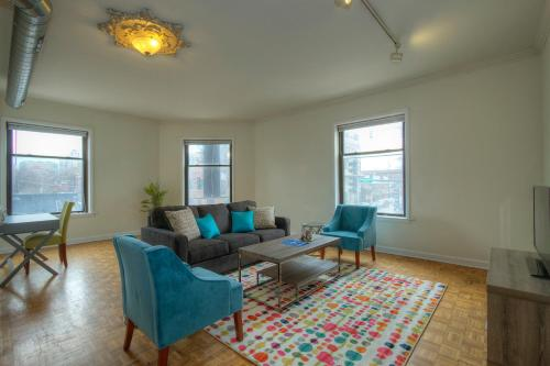 Three-Bedroom Apartment W Belmont Ave Photo