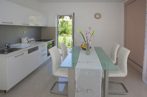 http://www.booking.com/hotel/hr/silver-bay-apartment.html?aid=1728672