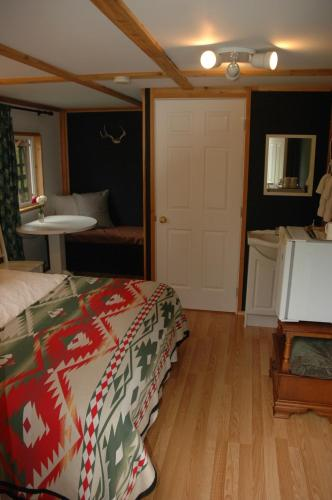 The Rusty Antler Cabin B&B Photo