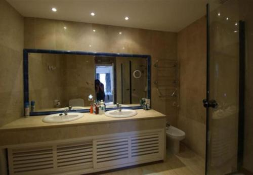 Three-Bedroom Apartment in Nueva andalucia with Pool IV - фото 0