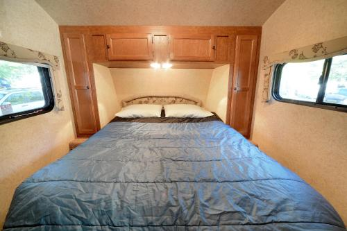Lake George Escape 40 ft. Premium Travel Trailer 43 Photo