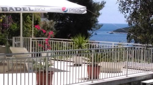 http://www.booking.com/hotel/hr/apartments-lucic-hvar.html?aid=1728672