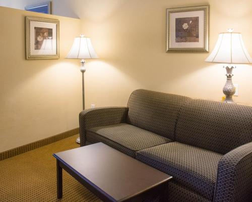 Comfort Suites Fredericksburg North Photo