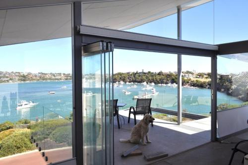 Гостевой дом «Fremantle Dream - River-Front Architect Home & Walk To Beach», Восточный Фрмантл