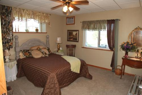 Sawin' Logs Bed & Breakfast Photo