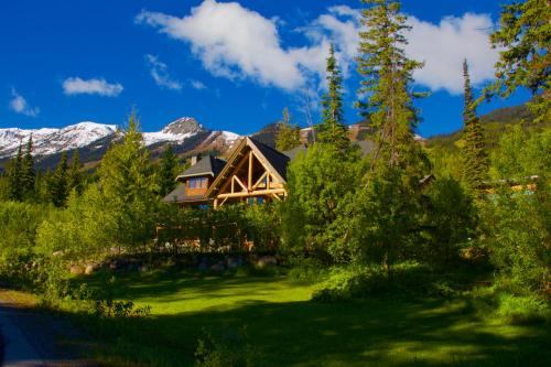 Vagabond Lodge at Kicking Horse Photo