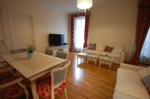 Large Apartment in Champs Elysées area. impression