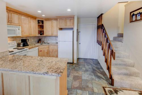 Mammoth Ski & Racquet #055 - One Bedroom Loft Condo - Mammoth Lakes, CA 93546