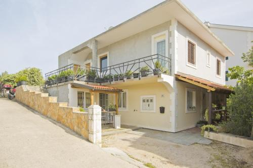 http://www.booking.com/hotel/hr/guesthouse-blue-room.html?aid=1728672