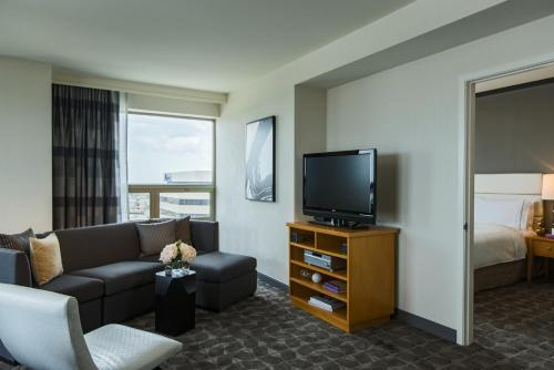 Renaissance Chicago O'Hare Suites Hotel Photo