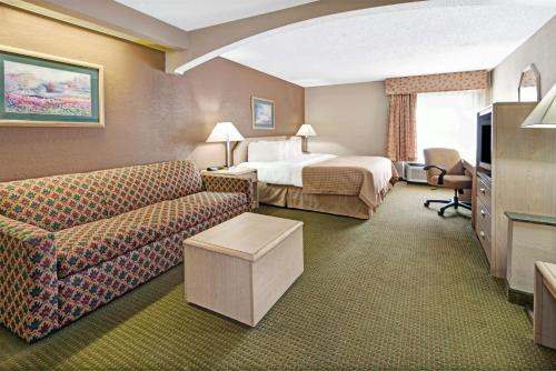 Baymont Inn & Suites Lawrence Photo