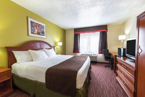 Baymont Inn & Suites Louisville Photo