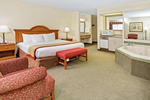 Baymont Inn and Suites Indianapolis photo 14
