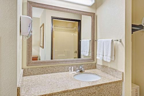 Baymont Inn and Suites Indianapolis photo 16