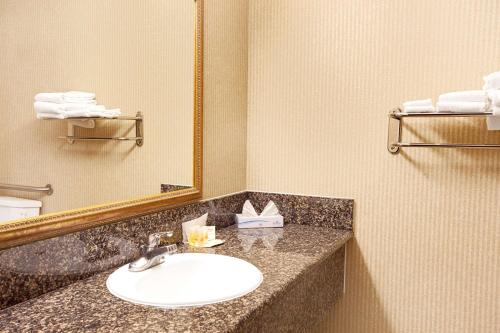 Days Inn And Suites Artesia - Artesia, CA 90701