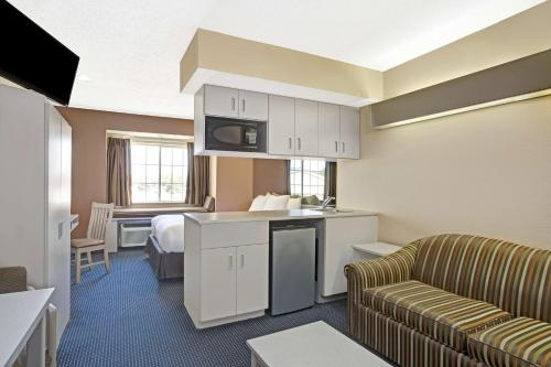 Microtel Inn & Suites by Wyndham Houston/Webster/Nasa/Clearlake Photo