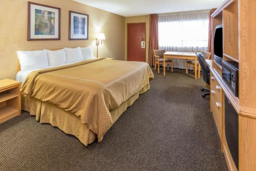 Days Inn Black Bear Photo