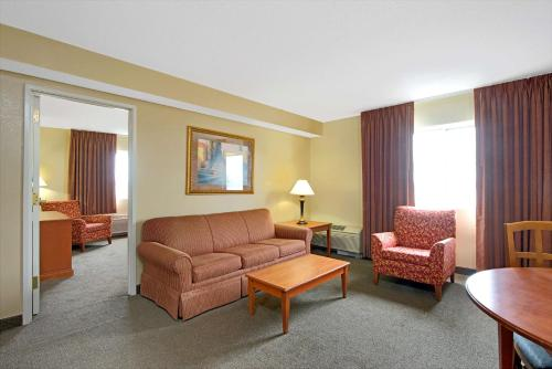 Days Inn & Suites St. Louis/Westport Photo