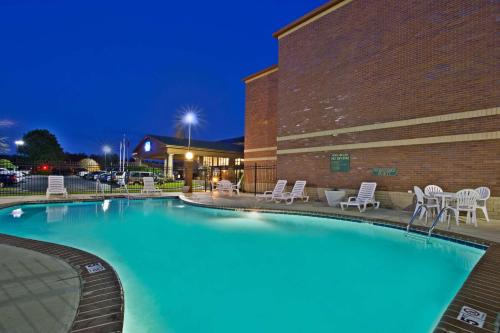 Baymont inn knoxville cedar bluff tn knoxville tn for Knoxville public swimming pools
