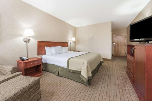 Baymont Inn and Suites Indianapolis South photo 14