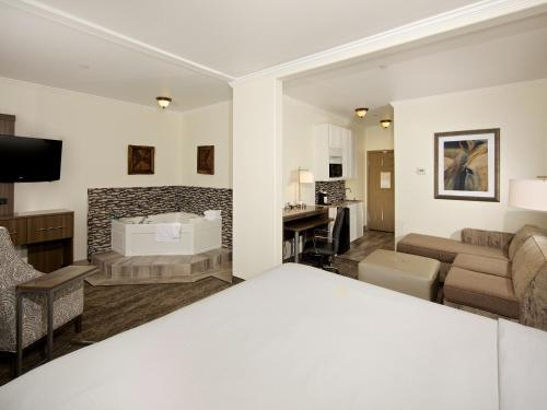 Holiday Inn Express Hotel & Suites - Paso Robles - Paso Robles, CA 93446