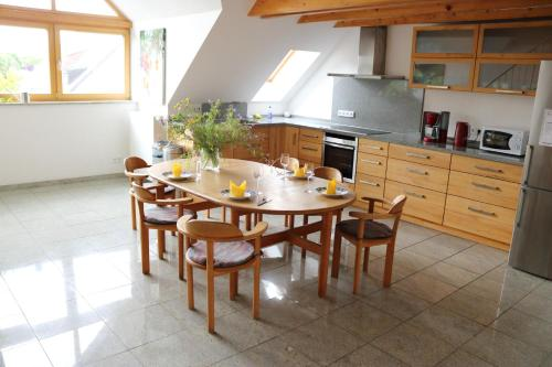 http://www.booking.com/hotel/de/apartment-dachgalerie.html?aid=1518628