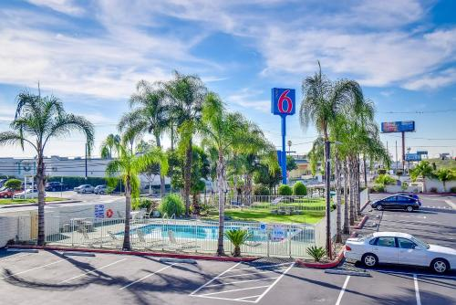 Motel 6 garden grove in anaheim ca swimming pool for Garden grove pool