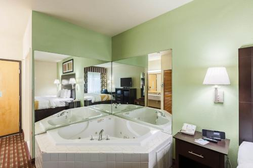 Quality Inn Near Seaworld - Lackland Photo