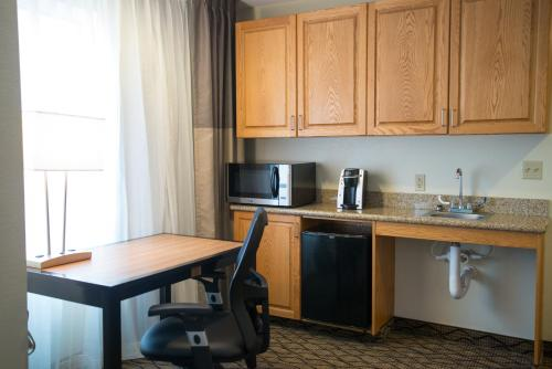 Holiday Inn Express Hotel & Suites Chanhassen Photo